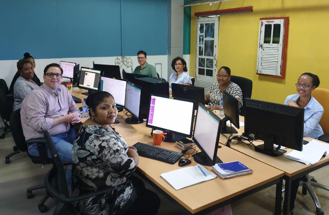 Assistent Accountancy met klant op bezoek bij Alembo Suriname